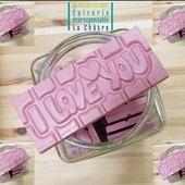"""𝟐𝟒. Seulement 24 tablettes """"I love you"""" spécialement entrées pour la Saint-Valentin 🥰 ! Alors oui, nous aussi on est plutôt pour célébrer l'amour toute l'année... mais on s'est dit que ce petit instant très gourmand était aussi une belle idée.  Tablette au chocolat au lait """"Rose"""", parsemée de poudre de framboise, sans arômes artificiels ni colorants ✔️ Fabrication artisanale et locale 🇫🇷 ― ― ― ― ― ― Belle journée 🌲🍁🌍 Ǥᗯᗴᑎ ᗴ丅 ᗩᖇᑎᗩᑌᗪ 𝐕os épiciers 🌿 ― ― ― ― ― ― 𝐎𝓷 𝐏𝐚𝐬𝐬𝐞 𝐀𝓾 𝐕𝐫𝐚𝐜 É͏p͏i͏c͏e͏r͏i͏e͏ i͏n͏d͏e͏́p͏e͏n͏d͏a͏n͏t͏e͏, de͏p͏u͏i͏s͏ m͏a͏r͏s͏ 2͏0͏1͏9͏ ⏳ 𝐃u Mardi au Samedi : 9h - 17h45 ♻️ + de ❶⓿⓿⓿ références 🏡 117 rue nationale • 36400 La Châtre ✆ 02.54.30.96.93 ⏸ 𝐀rrêt-minute ♿ 𝐀ccès PMR 🛒 https://www.onpasseauvrac.fr/ ― ― ― ― ― ― #onpasseauvrac #zerodechet #ecoresponsable #antigaspi #opav #lachatre #berryprovince #centrevaldeloire #sansemballage #commercedeproximite #vrac #vracindependant  #consommerautrement"""