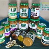Toutes ces nouveautés sont dès maintenant disponibles ! Nous sommes heureux de vous proposer les produits de l'entreprise locale @jeanherve_jeanherve , basée à Clion et Boussac. Après plus de trente ans, les modes de fabrication traditionnels de Jean Hervé n'ont pas changé : le séchage des fruits secs se fait toujours au feu de bois, et le broyage à la meule de pierre à basse température. Tahini, Chocolade sans huile de palme, purée d'amande, de pistache, de noix de cajou, pralin... et aussi en vrac : le gomasio de la mer, un mélange apéritif, et la poudre de caroube qui remplacera le cacao dans vos boissons par exemple. ― ― ― ― ― ― Belle journée 🌲🍁🌍 Ǥᗯᗴᑎ ᗴ丅 ᗩᖇᑎᗩᑌᗪ 𝐕os épiciers 🌿 ― ― ― ― ― ― 𝐎𝓷 𝐏𝐚𝐬𝐬𝐞 𝐀𝓾 𝐕𝐫𝐚𝐜 É͏p͏i͏c͏e͏r͏i͏e͏ i͏n͏d͏e͏́p͏e͏n͏d͏a͏n͏t͏e͏, de͏p͏u͏i͏s͏ m͏a͏r͏s͏ 2͏0͏1͏9͏ ⏳ 𝐃u Mardi au Samedi : 9h - 17h45 ♻️ + de ❶⓿⓿⓿ références 🏡 117 rue nationale • 36400 La Châtre ✆ 02.54.30.96.93 ⏸ 𝐀rrêt-minute ♿ 𝐀ccès PMR 🛒 https://www.onpasseauvrac.fr/ ― ― ― ― ― ― #onpasseauvrac #zerodechet #ecoresponsable #antigaspi #opav #lachatre #berryprovince #tahini #centrevaldeloire #sansemballage #commercedeproximite #vrac #vracindependant #pureedefruitssecs #consommerautrement #locavore